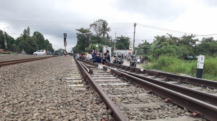 Perlintasan Kereta Api Jadi Spot Asik Menghabiskan Waktu Sore Bersama Keluarga