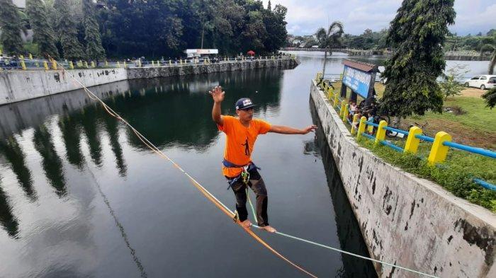 Menguji Adrenalin dengan Waterline, Menyeberangi Air di Atas Seutas Tali