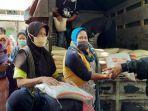bantuan-beras-dari-polda-diy-utk-pekerja-non-formal-di-pasar-senthir-yogyakarta.jpg