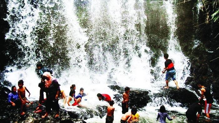Menikmati Kesegaran Air Terjun Pegunungan Jantur Mapan di Kutai Barat
