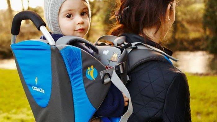 Traveling dengan Anak Balita, Bawa Kereta Dorong atau Gendongan Bayi?