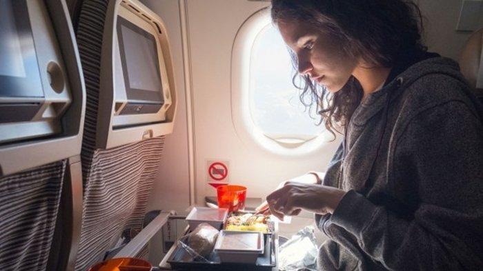 Jangan Buru-buru Menyantap Makanan dari Awak Kabin Pesawat