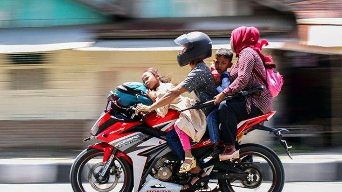 Jangan Bonceng Anak Kecil di Jok Depan Motor, Ini Bahayanya