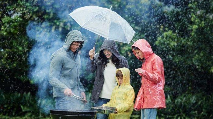 Hujan Saat Liburan? Jangan Lupa Siapkan 5 Barang Ini di Tas Kita