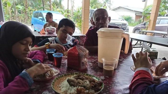 Dikira Warung Makan, Satu Keluarga Ini Menghabiskan Makanan di Rumah Orang