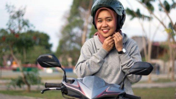 Cara Aman Berkendara Sepeda Motor untuk Para Hijabers