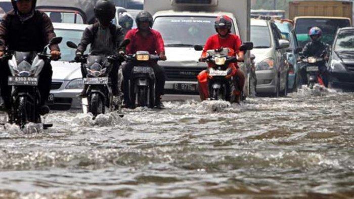 8 Cara Aman Berkendara Saat Musim Hujan, Waspada Jalan Berlubang