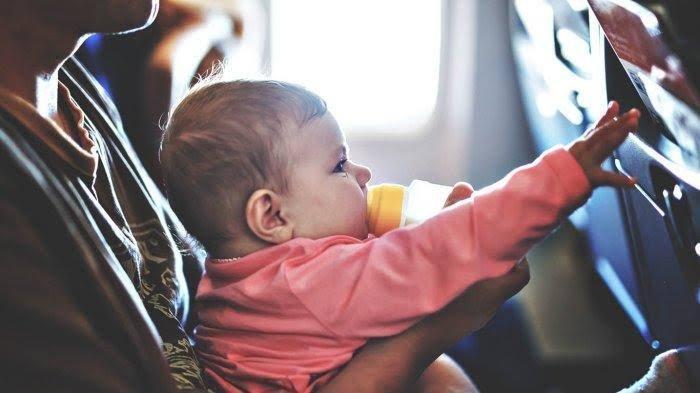 Tips Aman Bawa Bayi Naik Pesawat, Perhatikan Batas Usia Minimum & Jatah Bagasinya