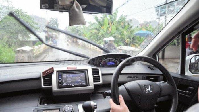 Nyaman Saat Hujan, Perhatikan Wiper Mobil Cukup Pakai Shampo