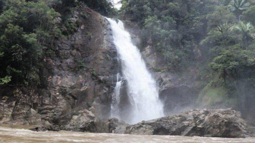 Jangan Duduk di Tepi Aliran Sungai, 7 Tips Aman Berwisata Air Terjun saat Musim Hujan