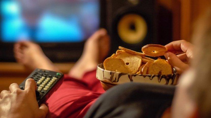 Tinggalkan Kebiasaan Makan Sambil Nonton TV, Ini Alasannya