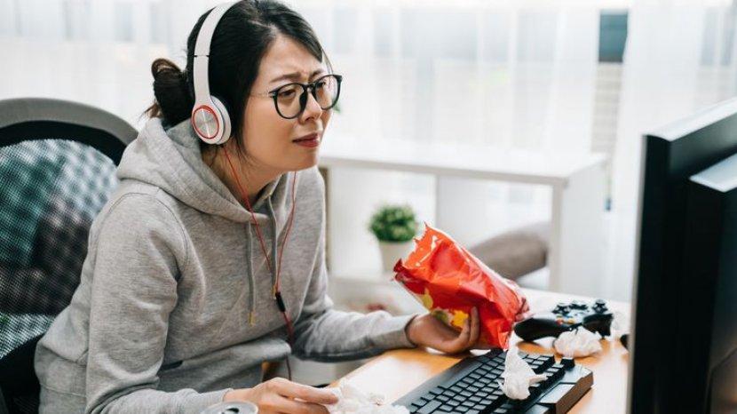 Hindari Makan Sambil Nonton, Termasuk Kebiasaan yang Tidak Sehat
