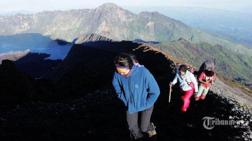 Saat Mendaki, Jaga Jarak & Hindari Salaman dengan Sesama Pendaki Gunung