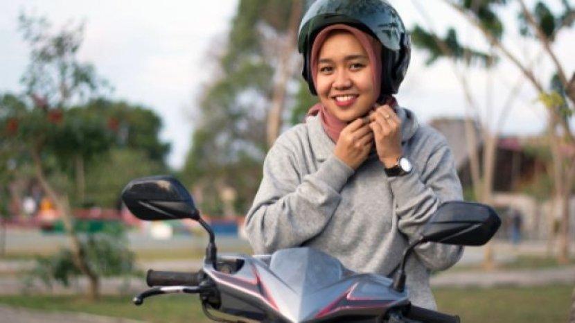 Cara Aman Berkendara Sepeda Motor, untuk Para Hijabers