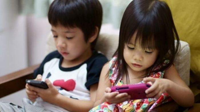 Efek Negatif Smartphone, Bisa Menghambat Tumbuh Kembang Anak Balita