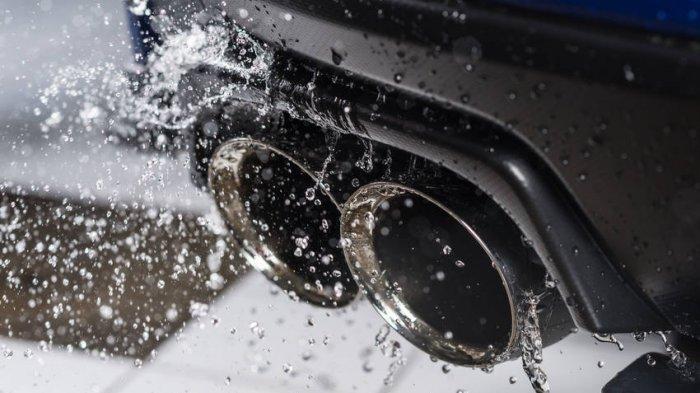 Mengapa Mobil Mengeluarkan Air dari Kenalpot Saat Dipanasi? Ini Alasannya