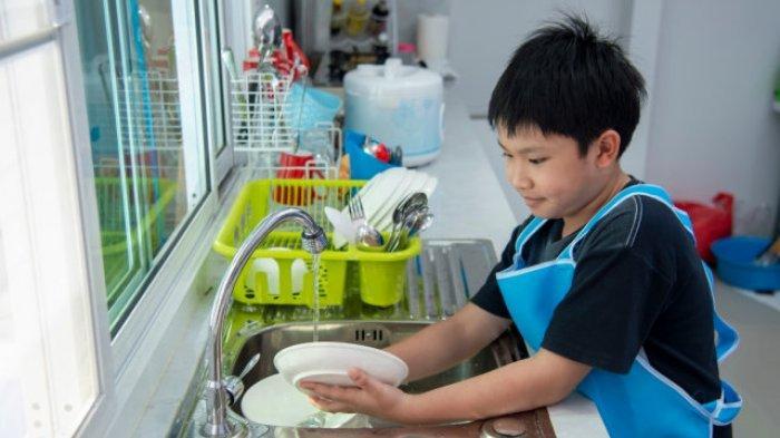 Manfaat Mengajarkan Pekerjaan Rumah Tangga kepada Anak Laki-laki