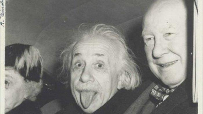Kisah Unik di Balik Foto Ikonik Einstein Menjulurkan Lidahnya