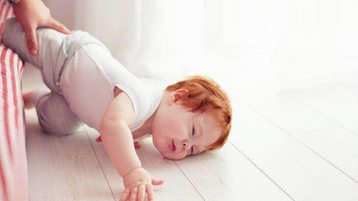 Ini Langkah Awal yang Dilakukan Jika Bayi Terjatuh dari Tempat Tidur