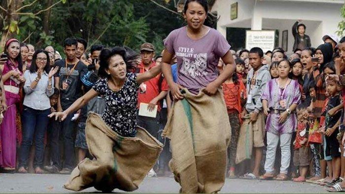 Sejarah Lomba Balap Karung, Kini Pakai Helm Agar Lebih Sporty