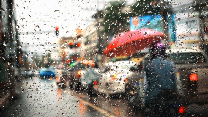 Awas Jalan Berlubang, 8 Tips Berkendara Aman Saat Musim Hujan