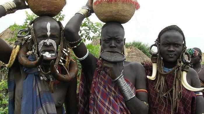 Para Gadis di Suku Ini Harus Mencabut Gigi dan Meregangkan Bibir Sebelum Menikah