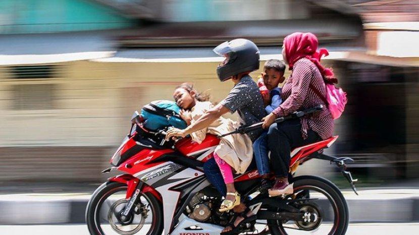 Bahaya Bonceng Anak Kecil di Jok Depan Motor