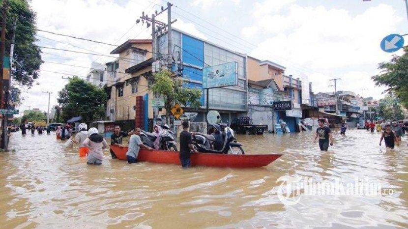 Berapa Batas Aman Terjang Banjir Saat Naik Motor?