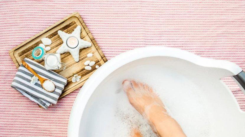 Benarkah Merendam Kaki dalam Air Garam Bermanfaat Buat Kesehatan?