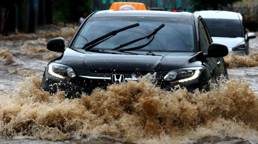 Jangan Starter Mobil yang Mati Terendam Banjir, Ini Akibatnya