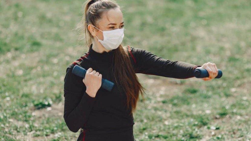 Olahraga Sambil Memakai Masker, Apakah Membahayakan Kesehatan?