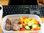 makan-siang-di-meja-kantor-2.jpg