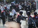 polisi-bentrok-dengan-masa-di-myanmar.jpg