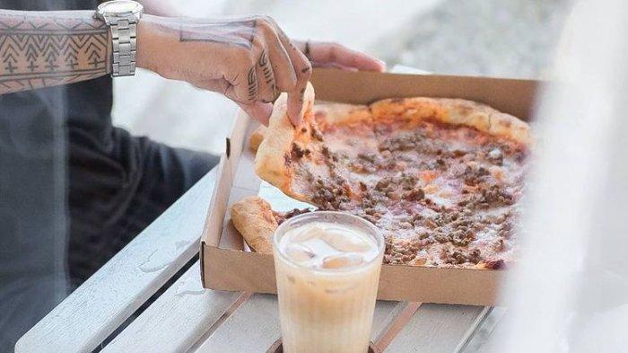Kedai Di Bawah Pohon Padukan Menu Kopi dan Pizza Sebagai Andalan