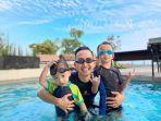 Menikmati-kolam-renang-di-Golden-Tulip-Springhill-Lampung.jpg