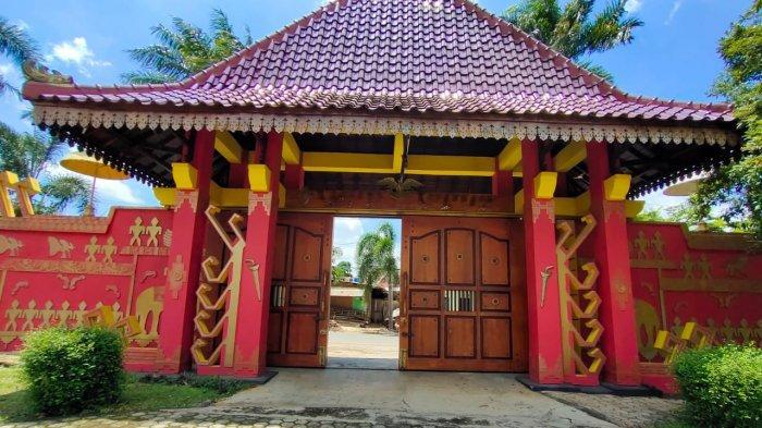 Rumah Adat Lampung Kedatun Keagungan