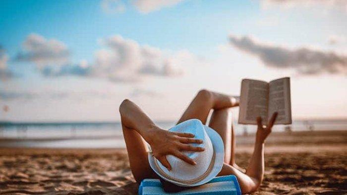 Saat Traveling, Biasakan Bawa Buku, Ini 8 Manfaatnya