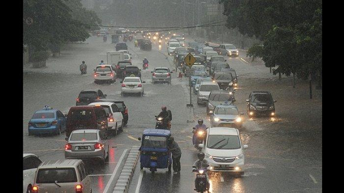 8 Tips Berkendara Saat Musim Hujan, Jangan Anggap Sepele Tekanan Udara di Ban