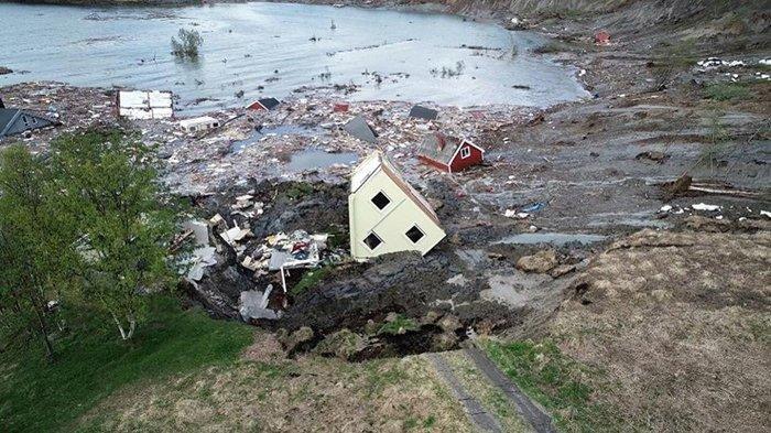 Terekam Kamera, Daratan yang Longsor dan Tenggelamkan 8 Bangunan ke Laut Viral di Medsos