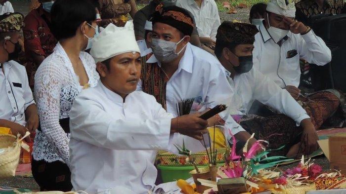 Umat Hindu Bitung Adakan Ritual Melasti Jelang Hari Raya Nyepi di Pantai Waleleng