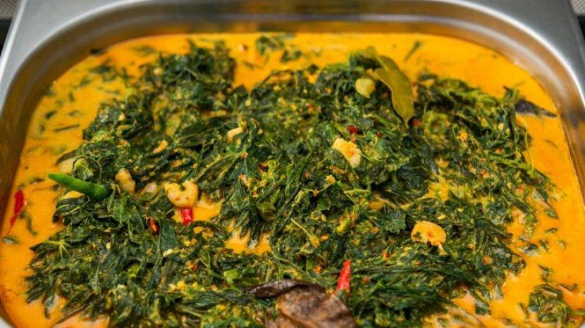 2 Trik Agar Sayuran Daun Singkong Tetap Hijau Meski Telah Direbus