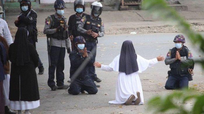 Viral Suster Ann Roza Berlutut di Hadapan Polisi Myanmar: Lebih Baik Saya Saja