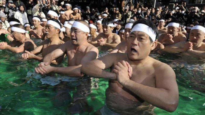 Cara Unik Warga Jepang Berdoa Agar Pandemi Berakhir, Berendam di Air Es