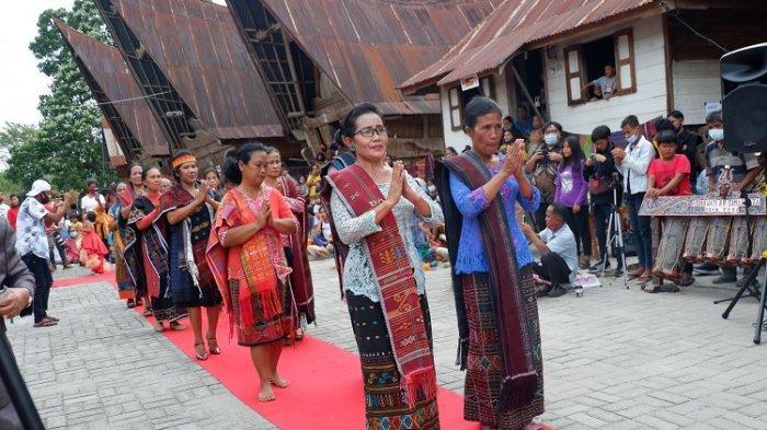 Fashion Show Ulos Pertama Kali Digelar di Kampung Ulos Hutaraja Samosir