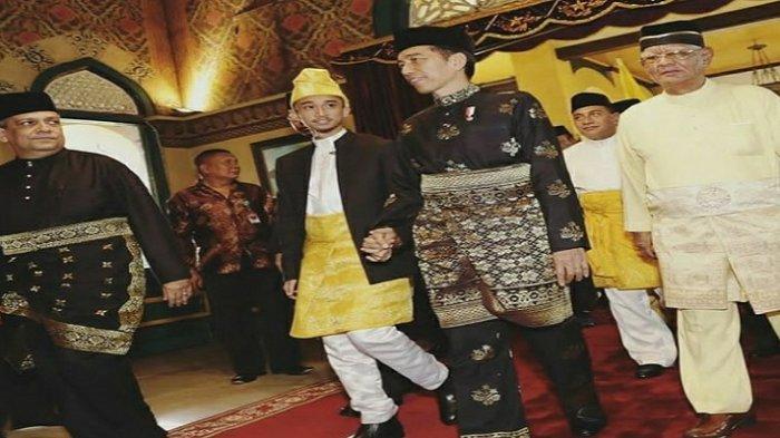 Seripaduka Baginda Tuanku Sultan Mahmud Aria Lamantjiji Perkasa Alam Shah - jokowidodo-merangkul-tangan-sultan-deli-xiv.jpg