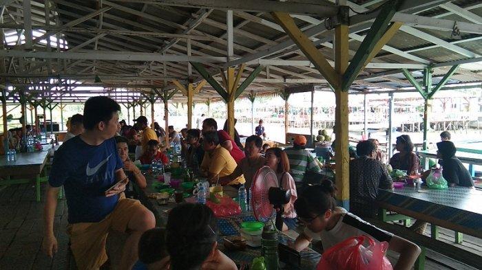 Menyantap Kelezatan Ikan Laut Segar Sepuasnya di RM Terapung, Desa Bagan Percut Ujung, Deliserdang - suasana-pengunjung-di-rm-terapung.jpg