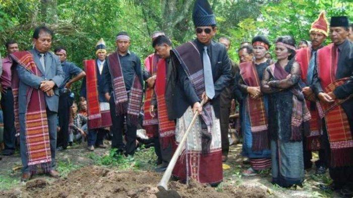 Tradisi Mangokal Holi