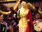 Muharlaili, Penyanyi Asal Medan yang Tetap Eksis Bawakan Musik Tradisi Melayu