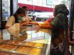 Suasana-pembeli-emas-di-toko-mas-H-Tarigan-Kota-Medan.jpg
