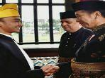 preiden-republik-indonesia-dan-sultan-deli-xiv.jpg<pf>jokowidodo-berswafoto-dengan-sultan-deli-xiv.jpg<pf>jokowidodo-merangkul-tangan-sultan-deli-xiv.jpg<pf>sultan-deli-xiv.jpg<pf>sultan-deli-xiv-tengku-mahmud-aria-lamantjiji-perkasa-alam-shah-saat-kecil.jpg